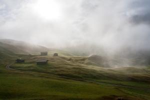 Alpen Häuser im Nebel
